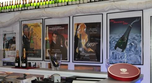 Champagneprovning hos James Bond i Champagne Bollinger baren i James Bond 007 museum Sweden